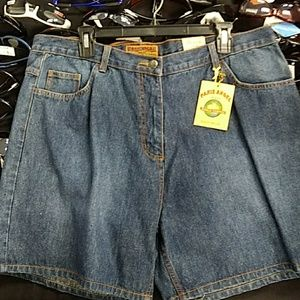 JEAN SHORTS EMBROILED BACK POCKETS Super Cute